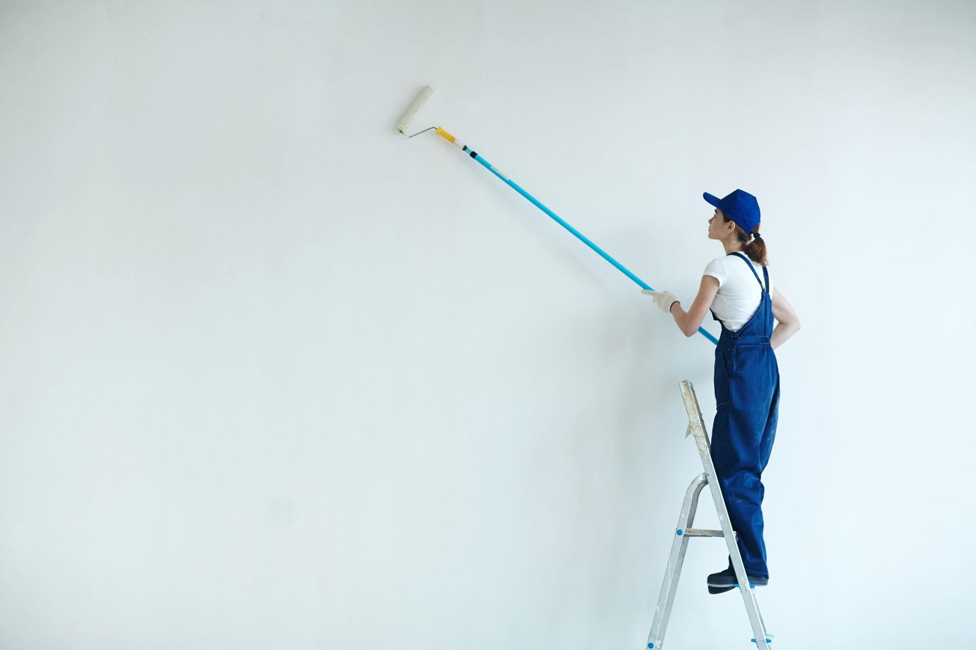 Behöver du ha målat något? Har du en vägg som ser trist ut eller har blivit sliten eller skadad? Hade husets eller lägenhetens föregående ägare en smak som skär sig mot din? Eller är färgen för mörk - eller för ljus - eller helt enkelt bara så fel? Har vardagsrumsväggen blekts av solen? Har hunden krafsat på innerdörrarna? Hade husets förra ägare extremt dålig smak? Har du tröttnat på dina vita väggar och bara längtar efter lite pigg färg? Eller kanske ser du målningen börja flagna på balkongen? Eller att garageväggen börjar se solkig ut. Kanske är du fastighetsägare och vill ge dina hyresgäster en uppfräschad trappa. Vad du än har för problem så har vi lösningen på det. Det finns inget vi inte kan åtgärda när det kommer till göra om med hjälp av färg. Kontakta oss på Komhembygg så hjälper vi dig med färger, nyanser och val av målarfärg. Därefter bokar vi in en tid. Och efter några timmars måleriarbete av våra proffs – vips, så har du fått ett splitternytt hem! Därtill gjort helt perfekt. Komhembygg är helt enkelt väldigt skickliga när det gäller målning!